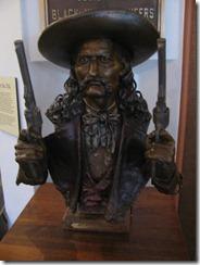 DW - Bill statue